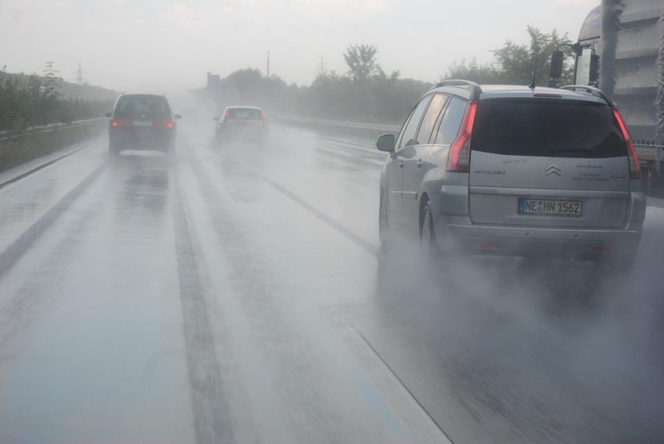 Съвети за шофиране в дъждовно време